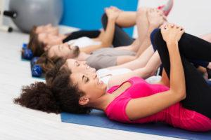gruppe im fitnesscenter beim training